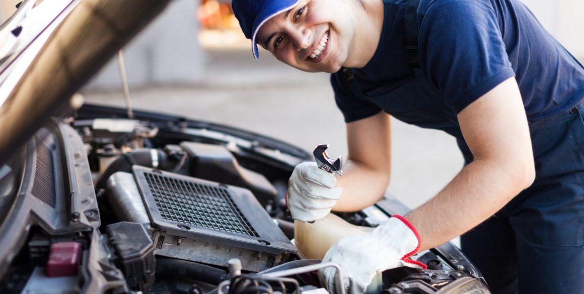 auto mechanic in fort wayne smiling